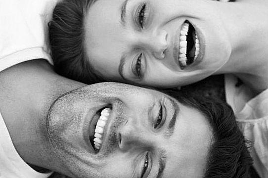Влюбленная пара смеется