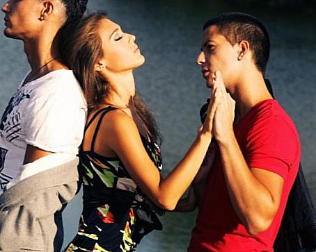 girl and two guys-girls to avoid before relationships