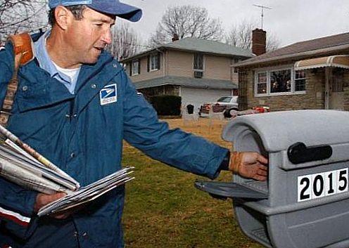 Почтальон разносит почту